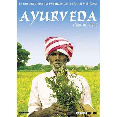 Couverture du DVD Ayurveda où on voit un homme indien avec turban  au milieu de la nature tenant dans ses mains des plantes.